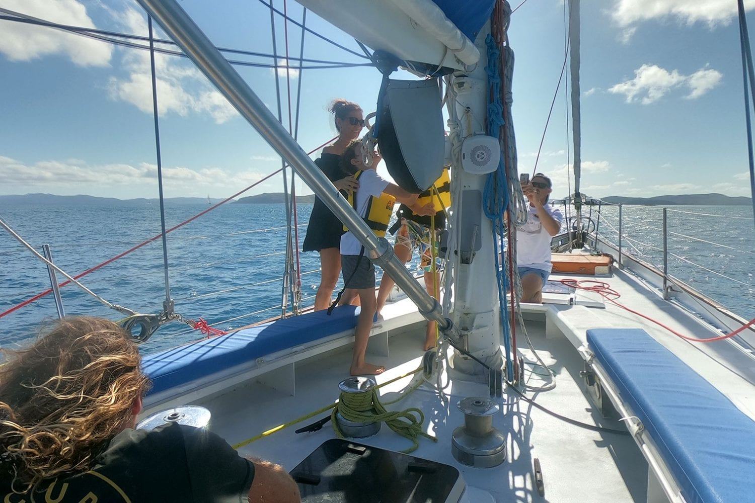 Southern-Cross---Family-Hoisting-Sails---Airlie-Beach-Tourism